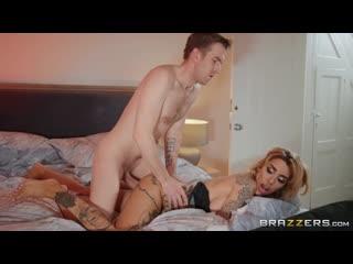 Мужик вставил вдул в анал жопу попу сраку очко татуированной шлюхе зрелке Alice Judge порно ебля brazzers porn 2020 anal tattoo