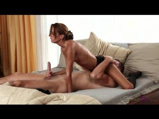 Накаченный парень получает прекрасный и нежный страпон после секса с очаравательной худышкой