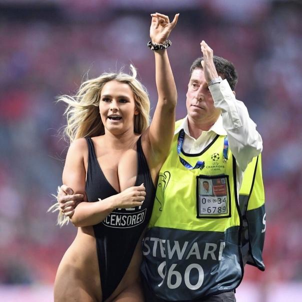 Полуголая болельщица выбежала на поле во время финала Лиги чемпионов Во время финального матча Лиги чемпионов между английскими «Ливерпулем» и «Тоттенхэм Хотспур» на поле прорвалась полуголая