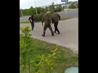 В Минске два здоровых мужика решили навалять пареньку, но карма их настигла раньше