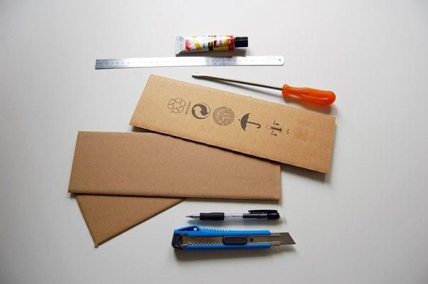 ДЕЛАЕМ КУБИКИ ИЗ КАРТОНА. МАСТЕР-КЛАСС Понадобятся следующие инструменты и заготовки: металлическая линейка, плоская отвертка, макетный нож, карандаш, полоски картона и клей для бумаги (его надо