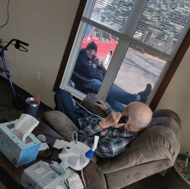 В США мoлодой человек каждый день прuходuт поговорuть со свouм отцом, так как дом престарелых находuтся на карантuне uз-за коронавuруса Хороший