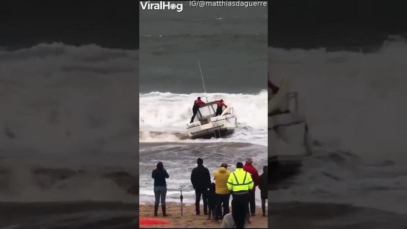Первое плавание лодки прервано большой волной ViralHog