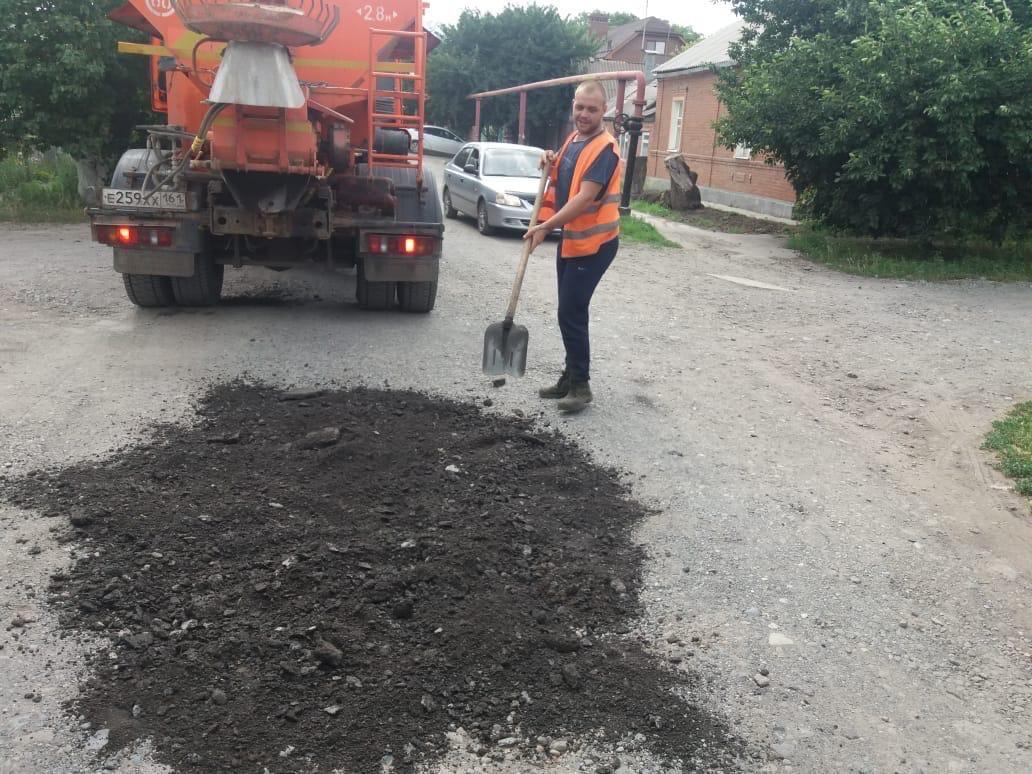 В Таганроге проводят работы по устранению ям на автомобильных дорогах