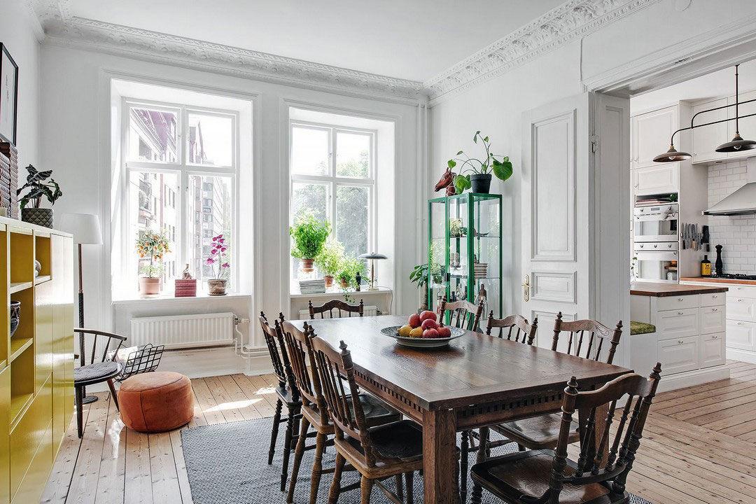 Просторная скандинавская квартира с яркой мебелью и зоной барбекю на балконе || 01