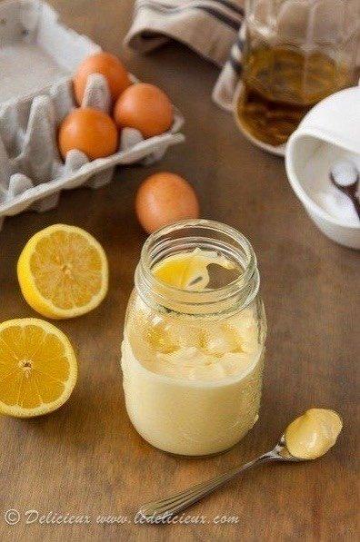 Самый простой в приготовлении Домашний вкуснейший майонез Нужно:2 яйца3 столовых ложки лимонного сока1 чайная ложка дижонской горчицы1/2 чайной ложки солиперец по вкусу1,25 стакана оливкового