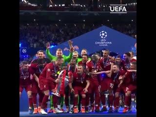 """Момент истины. Футболисты """"Ливерпуля"""" поднимают трофей Лиги чемпионов"""