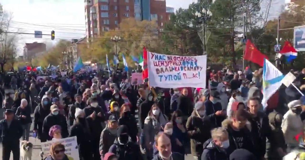 Жители Хабаровска в 99-ый раз вышли на акцию в поддержку бывшего губернатора Сергея Фургала.Участники акции,
