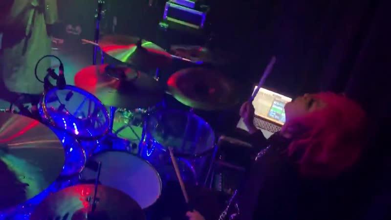 昨日のワンマンのドラムセットは久しぶりに自分のクリスタルビートをフルセットで使ってあげれました 透明でピカピカ光るドラムセット かわいい