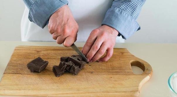 АРОМАТНЫЕ БУЛОЧКИ С ШОКОЛАДОМ И ОРЕХАМИ Нам понадобится:- 500 г слоеного бездрожжевого теста- 150 г темного (6070% какао) шоколада- 100 г грецких орехов- 120 мл самых жирных сливок- 4 ст. л.