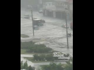 Двое парней вышли на затопленный проспект Малиновского  Ростов-на-Дону Главный