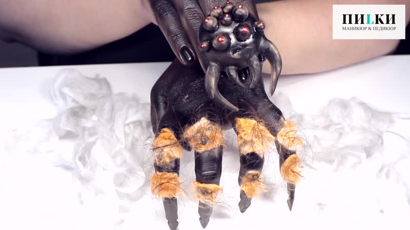 Маникюр с пауком