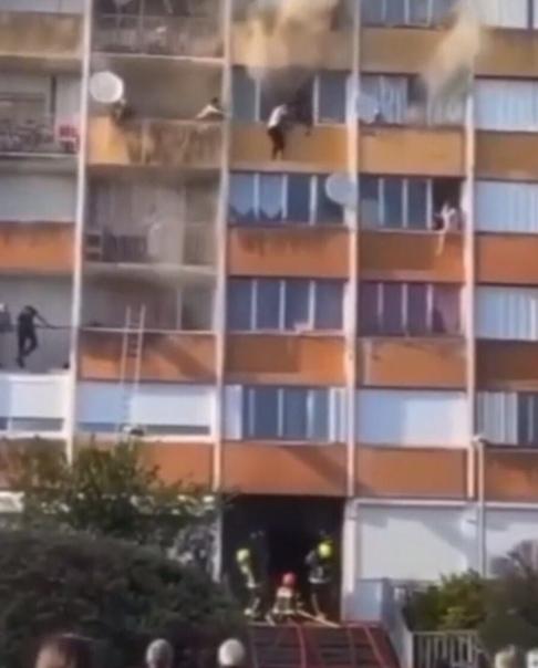 Во Франции в мнoгоквартирном доме произошёл сильнейший пожар В этот момент мимо проходили два уроженца Чечни по имени Махди и Джамбулат, которые бросились на помощь оказавшимся взаперти. Оба