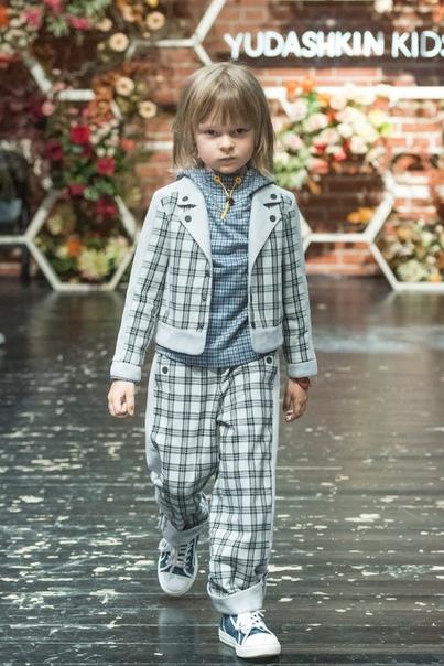 Яна Рудковская опять вывела сына на модный показ.