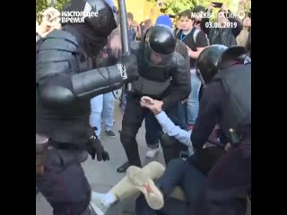 Человек мирно гулял на улице, полицейские его избили Тупой Подкат