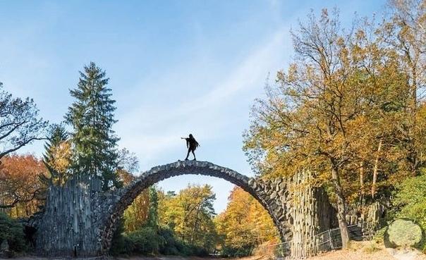 Чёртов мост, также известный как мост Ракотцбрюке, находится в немецком парке Кромлау. Эта надводная каменная дуга была построена в 1860 году и по сей день поражает многих своей дьявольской точностью и живописным окружением. Мост вместе со своим отражение