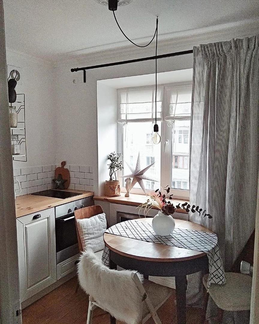 Маленькая кухня с необычной формой.
