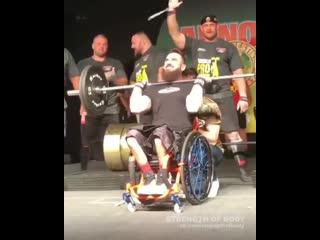 Strength of Body.  Парень в инвалидном кресле делает рывок штанги