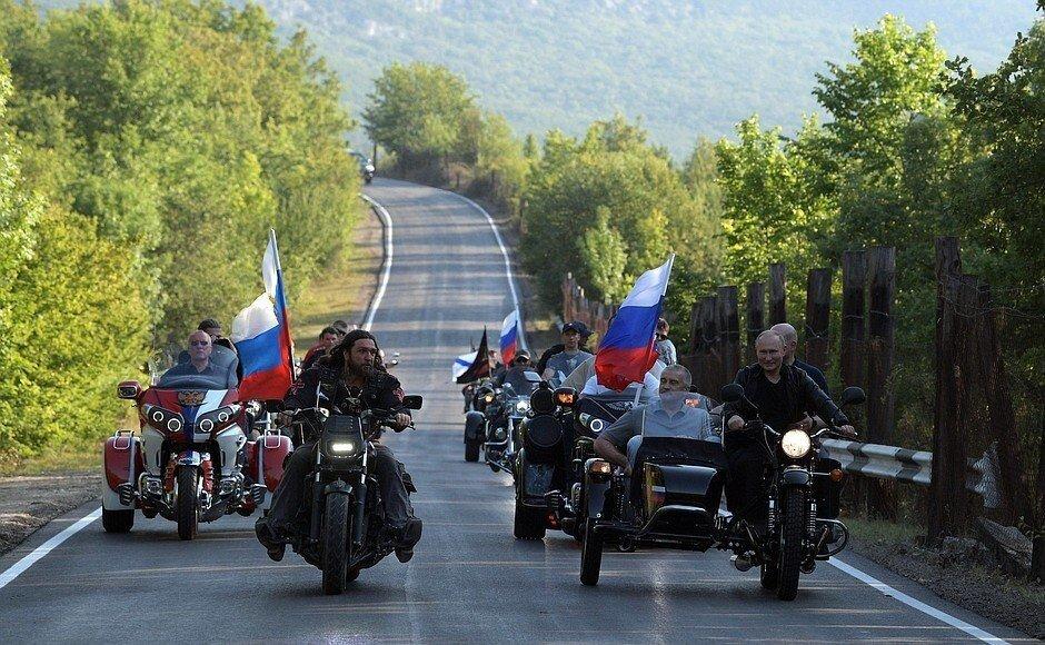 Российский юрист хочет привлечь Путина Аксенова и Развожаева к ответственности за езду на мотоцикле без шлема