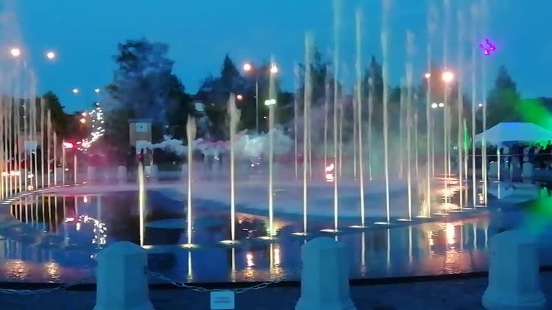 Выпускники Череповца отпраздновали последний звонок у нового фонтана