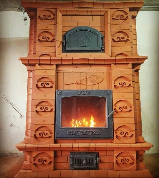 Печь-камин в частном доме с керамической духовкой