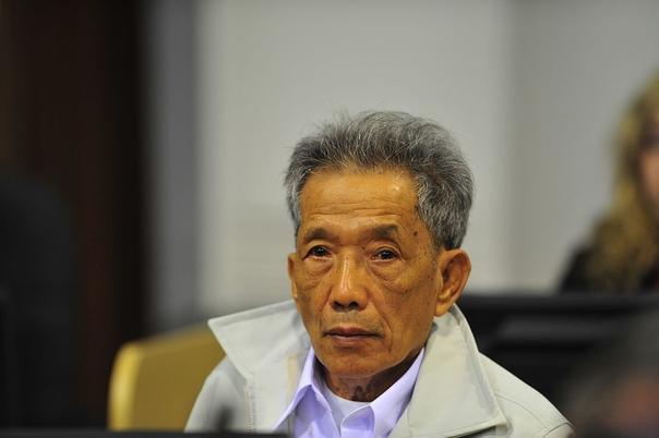 Я просто выполнял приказ. На фото ниже представлен 66-летний Канг Кек Леу (сейчас почти 77) , которого многие нарекают главным палачом режима красных кхмер.Когда красные кхмеры коммунистическое