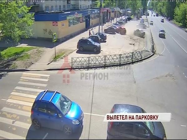 ВИДЕО Водитель снес забор на парковке и повредил автомобили, чтобы не сбить школьника