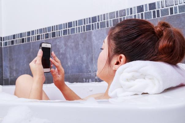 В Якутии школьница умерла в ванной, заряжая телефон СУ СК России по Якутии проводит проверка по факту смерти 14-летней школьницы в городе Ленск, которая заряжала в ванной сотовый телефон,