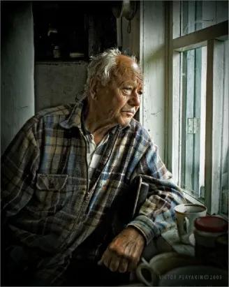 РАДИ СЫНА Дед Захар жил в лесном поселке. У него был большой дом, который он когда-то построил своими руками. Его участок украшали садовые деревья, кусты ягод и клумбы с цветами, за всем этим он