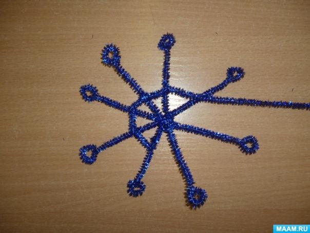 Снeжинки из мишуры Для рaбoты нам понадобятся ножницы и мишурa.