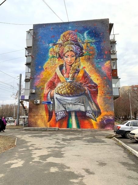 В Челябинске группа художников только неделю назад закончила огромно разноцветное граффити на фасаде одного из домов И... его сразу же уничтожили.А вот и неча россиянам на яркие краски смотреть,