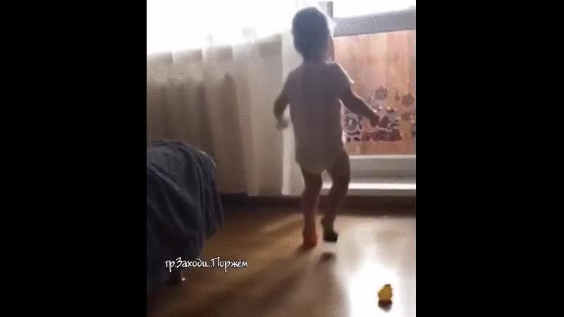 Оказывается, женщины с рождения уже умеют ходить на каблуках...😊