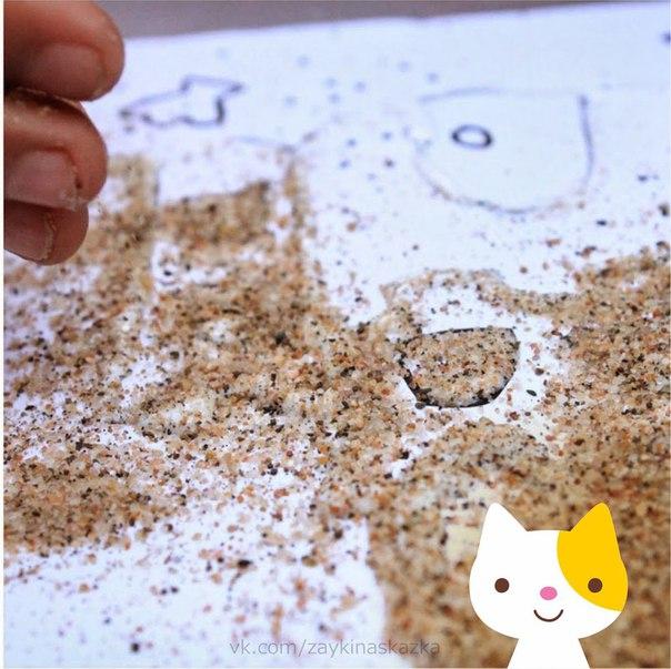 АППЛИКАЦИЯ «ПЕСОЧНЫЙ ЗАМОК» Понадобятся:сухой песок или манная крупаклей ПВА в бутылочке с узким носикомлист белого картонаподнос с бортикамипростой карандашластиксовочекПошаговая