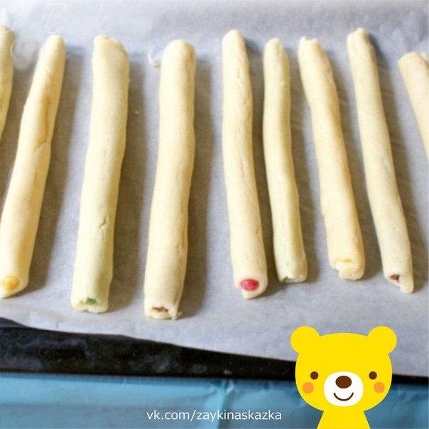 СЪЕДОБНЫЕ ЦВЕТНЫЕ КАРАНДАШИ Ингредиенты:100 г сливочного масла200-250 г муки1 ст. л сметаны1/3 ч. л. соли100 г сахарной пудры1 желтокяйцо для смазывания1/2 ч. л. ванильного сахарапищевые
