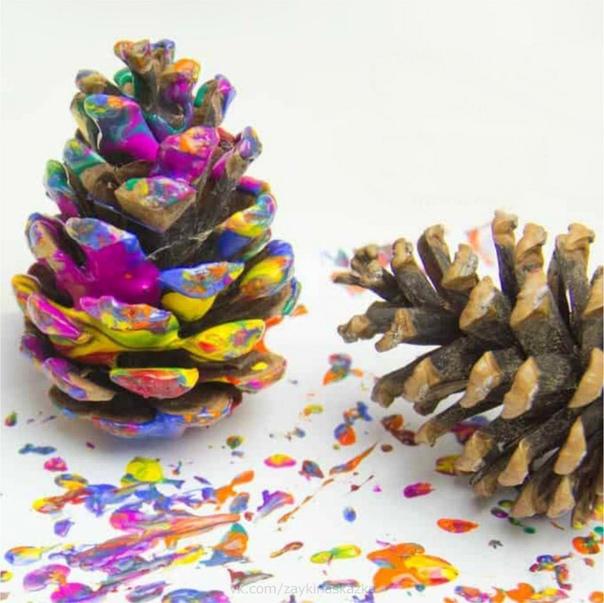 РАСКРАШИВАЕМ ШИШКИ И КАШТАНЫ Такие разноцветные шишки или каштаны можно использовать в качестве украшения к празднику. Например, они могут быть отличными новогодними игрушками, сделанными своими