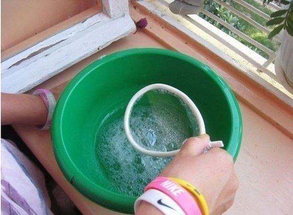 Рецепты в детском творчестве: Крепкие мыльные пузыри своими руками Ингредиенты: - Глицерин 25 г. - Сахар 2 ч. л. - Жидкость для мытья посуды 2 ст. л. - Вода 150 г. Ход работы: Выливаем в чашку