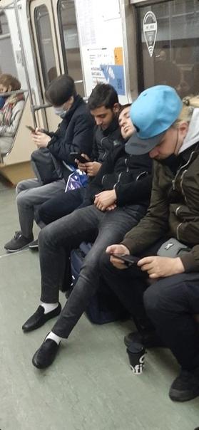 Москвичи и москвички из разных десятилетий.
