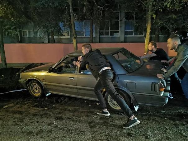Сюрприз на улице Костина — водитель врезался в кучу земли...