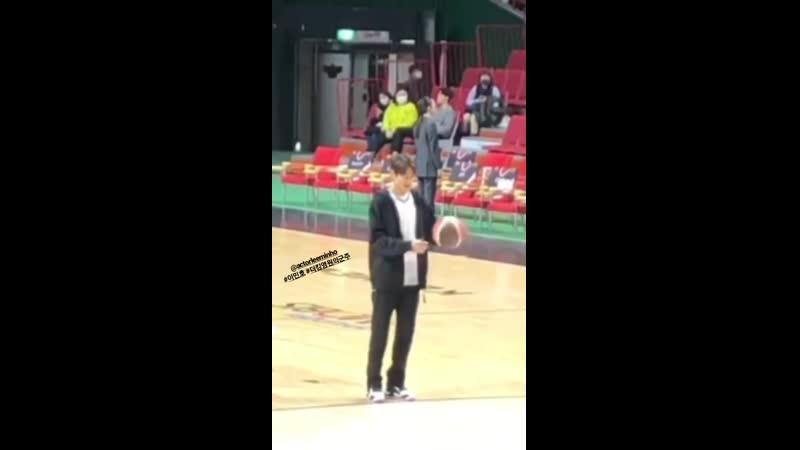 Ли Мин Хо на съемках дорамы Король Вечный монарх в Пусане стадион Саджик 20200208