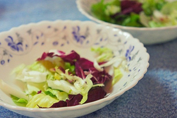 Овощной салат с сыром фета Что нужно: Фета 70 г;Капуста белокачанная 70 г;Листья салатные 70 г;Огурец 1 шт;Помидор 1 шт;Уксус бальзамический по вкусу;Укроп по вкусу;Соль по вкусу;Кунжут