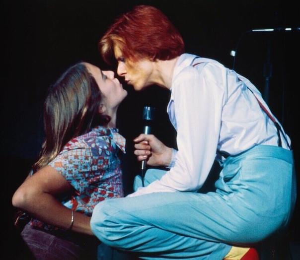 Дэвид Бoуи целует фaнатку, 1974