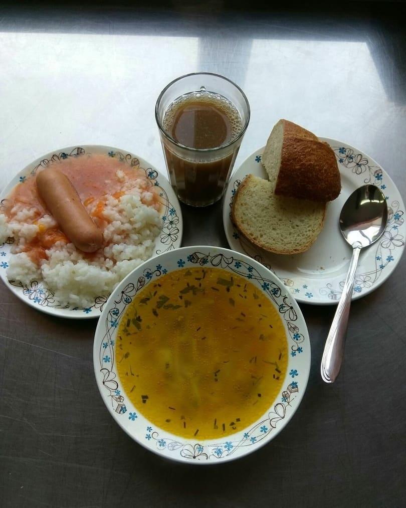 На страничках школ города Петровска в социальных сетях начали размещать фотографии блюд из школьного меню и информацию о ежедневных завтраках и обедах, которыми кормят учеников