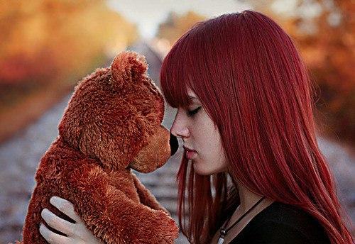 Картинка рыжей девочки с мишкой