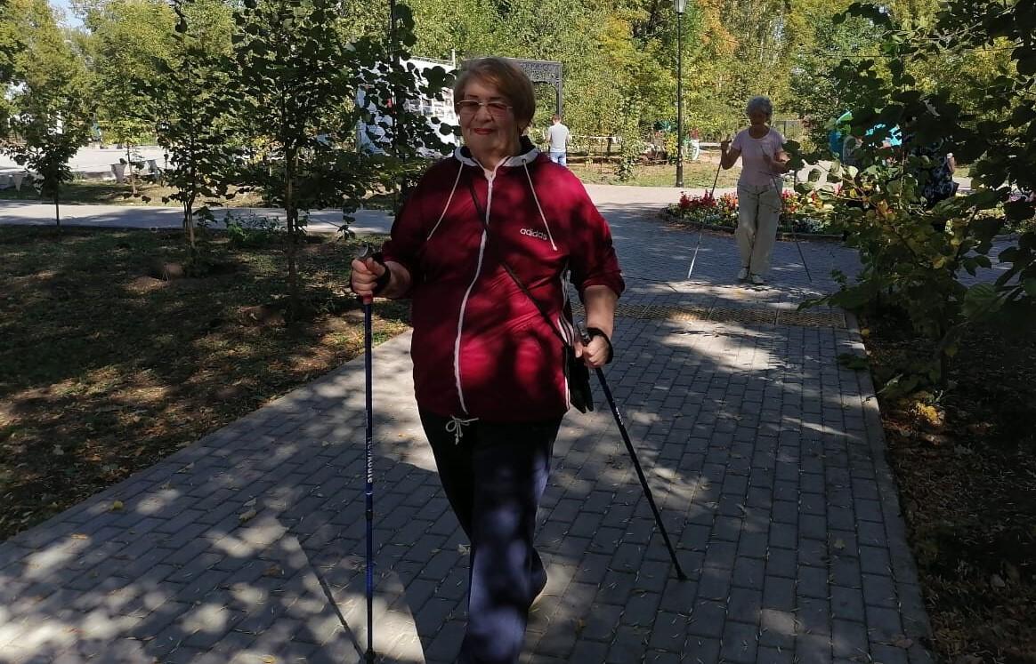 Для «серебряных» волонтёров из Петровска проводят занятия по скандинавской ходьбе