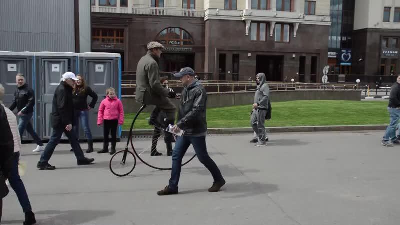 Коллекционер реконструктор катается на своём старинном велосипеде mp4